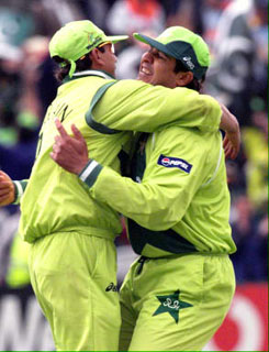 Saqlain Mushtaq and Inzamam-ul-Haq celebrate the dismissal of Sachin Tendulkar - Photo © AFP
